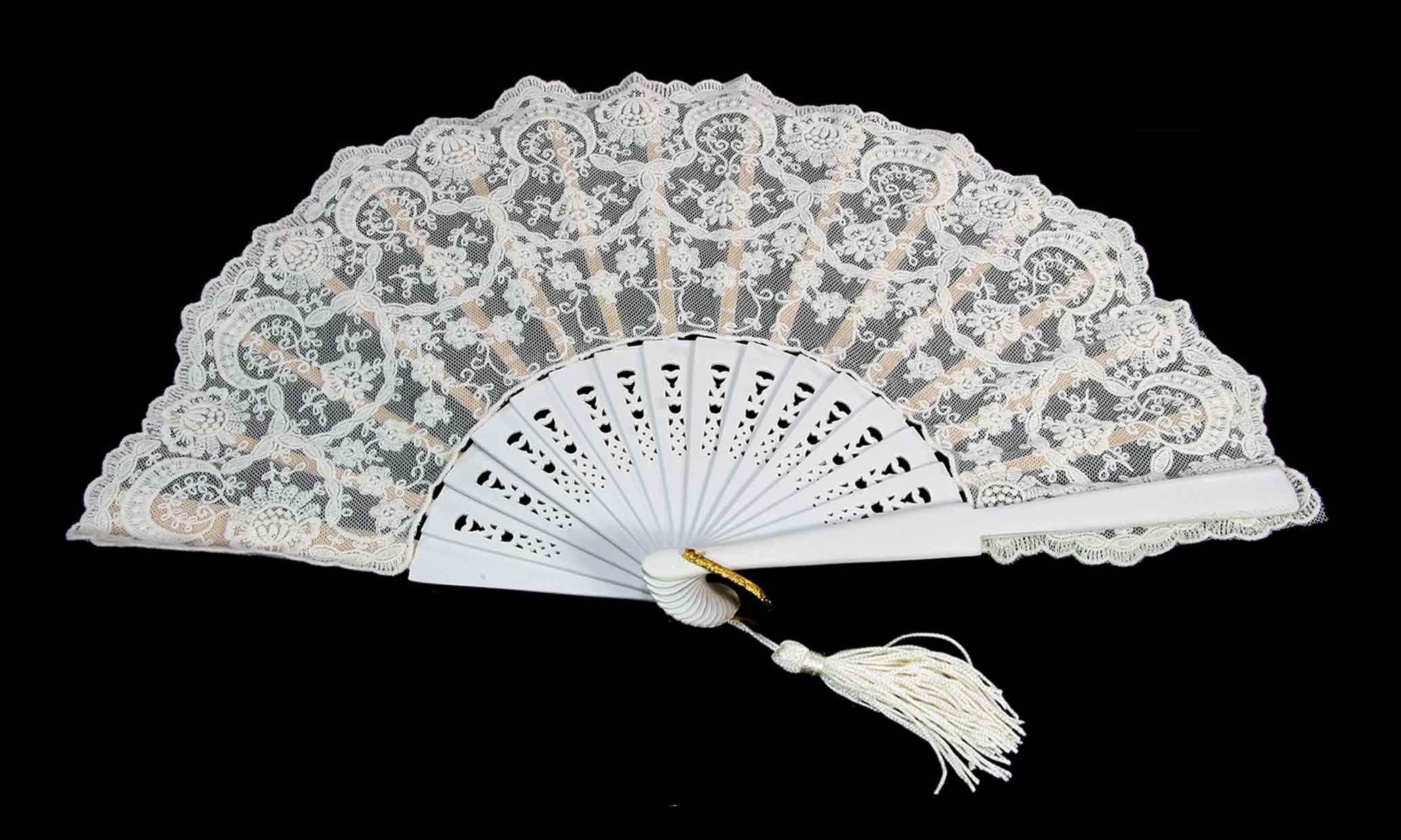 El uso de parasoles, abanicos y antifaces para evocar la imagen teatral característica del barroco.
