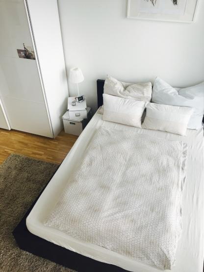 wg zimmer mit gro em bett in m nchen neuhausen nymphenburg zur zwischenmiete munich bed. Black Bedroom Furniture Sets. Home Design Ideas