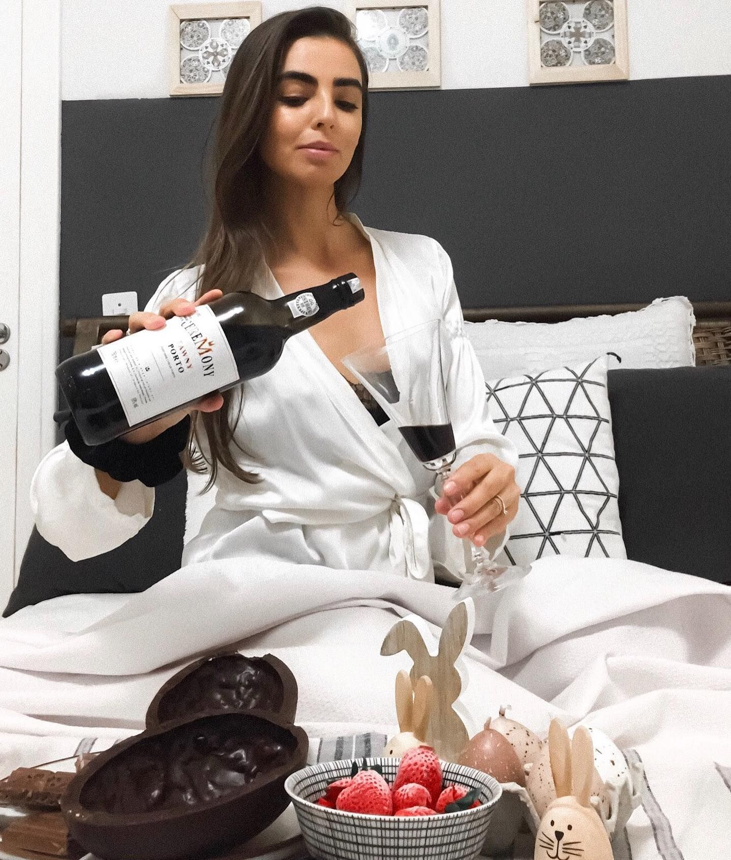 Não sei se você já conhece o Vinho do Porto, mas ele é uma ótima opção durante a Páscoa.  #wineaesthetic#winephotography#winequotes#WINEbar#WINewallpaper#winetatoo#vinhotumblr#vinhoequeijo#winetumblr#enoentretenimento#vinhoechocolate#sommelier#vinho#vinhodoporto#chocolate#vinhos#floripa#florianopolis#wine#felizpascoa#enologia#enogastronomia#dicadevinho#dicadevinhos#enoentretenimento#wineinfluencer#vinhorose#espumante#vinhotinto#porto#amovinho#portwine#sommeliere