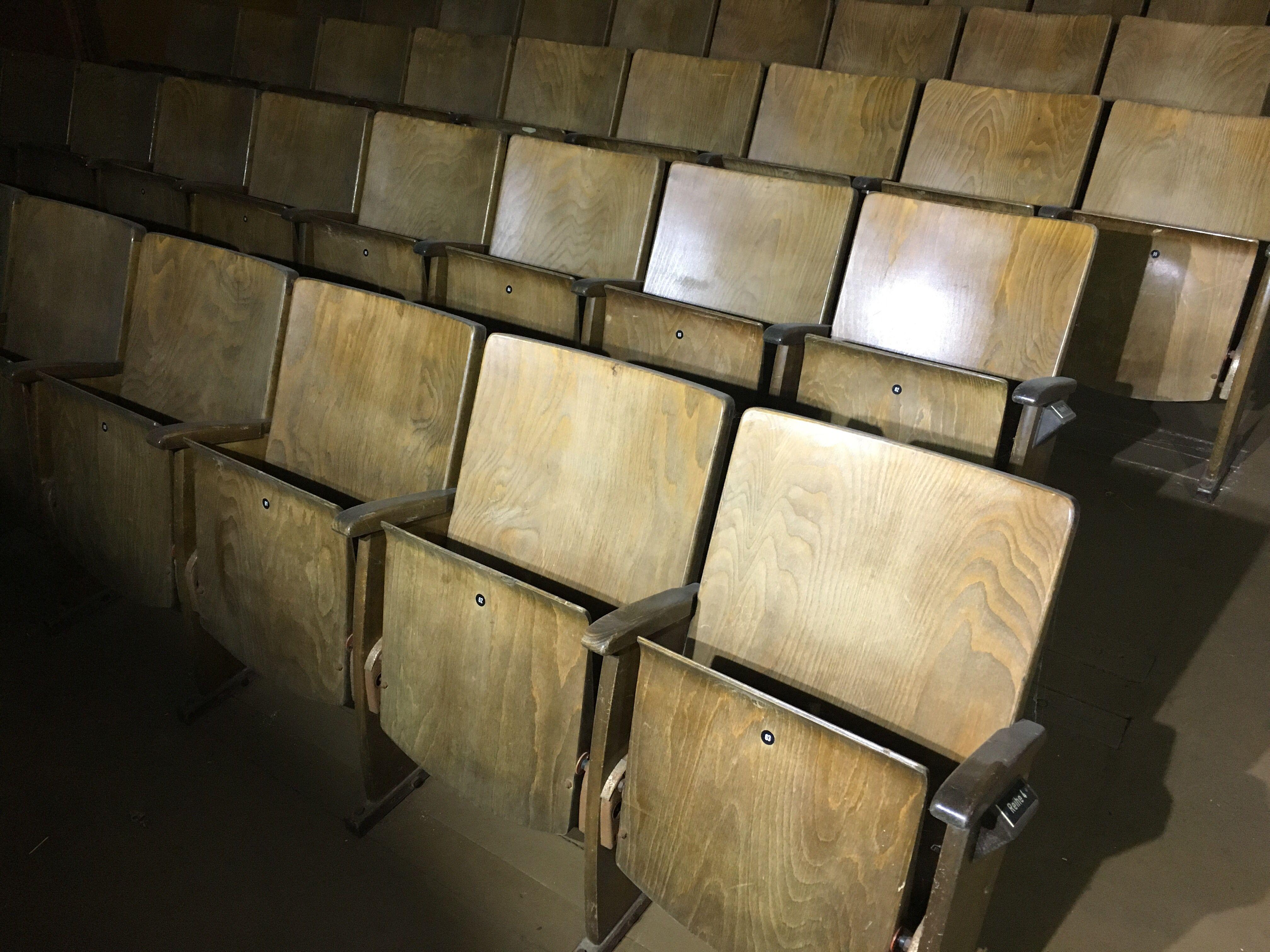 Antiker Holzkinostuhl Gebrauchte Kinostuhle Kinosessel An