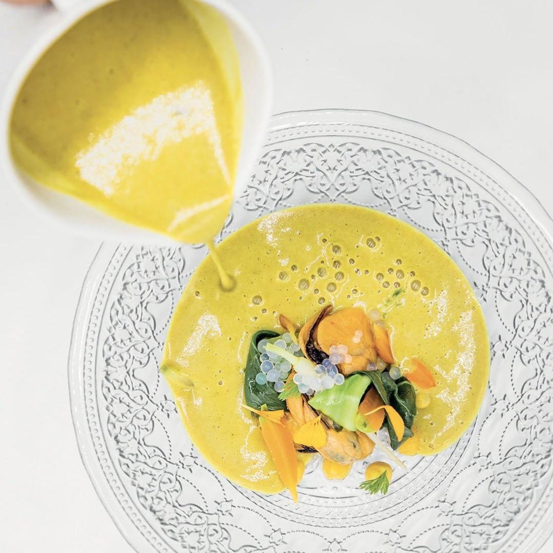 Cozze della Galizia, scapece al limone e zuppa di lenticchie rosse - Chef Lucia Freitas - Spagna - La Madia Luglio 2019#lamadia#lamadiatravelfood#food#foodie#foodporn#foodstagram#foodpics#foodphotography#instagood#foodcover#instadaily#instalike#ers#chef#recipe#lovefood##CozzedellaGalizia#prelibatezzedimare#cucinaiberica#gustidelmediterraneo#chefluciafreitas