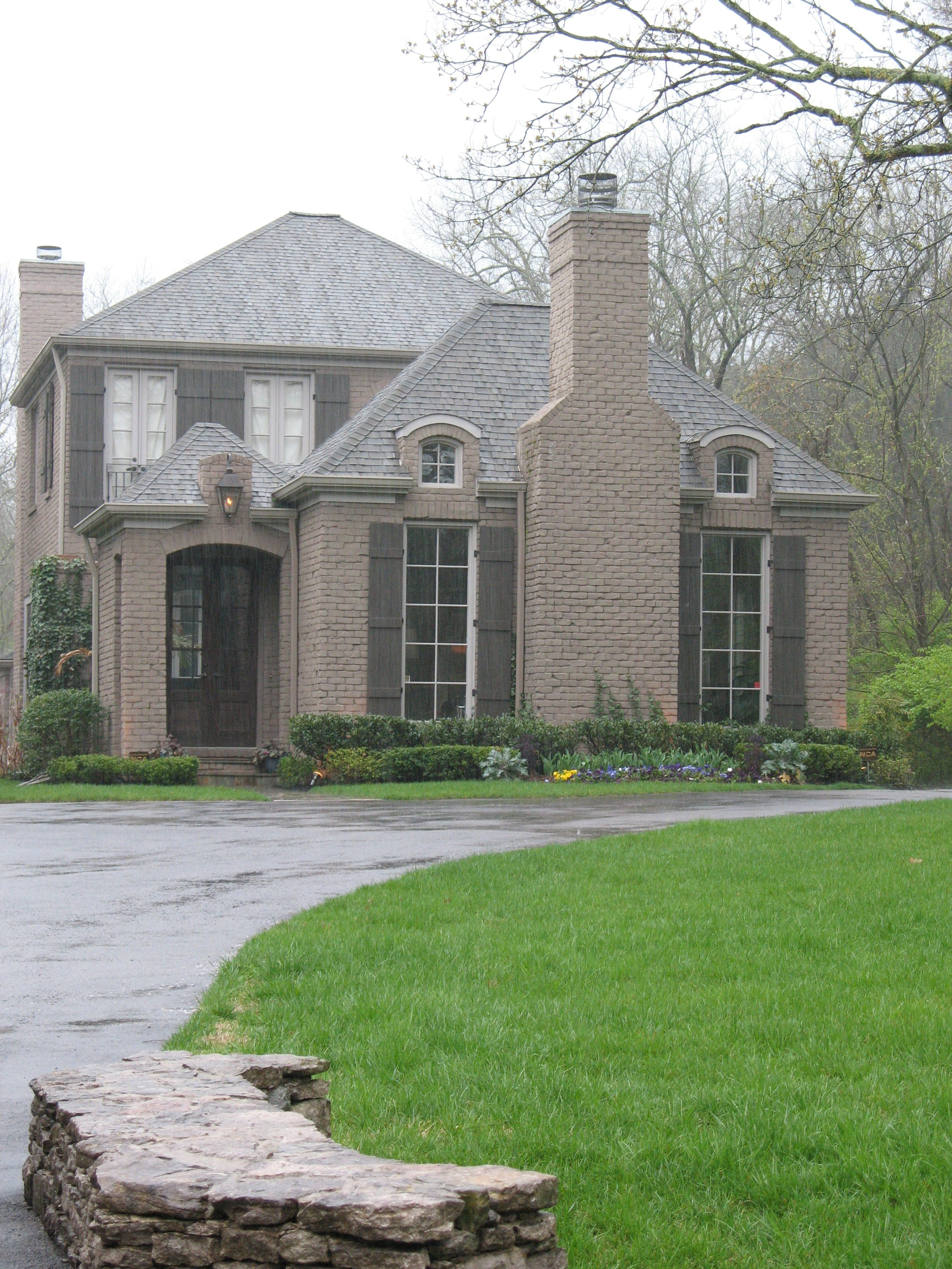 Exterior window design for home  i love the fireplace on the front between the two long windows