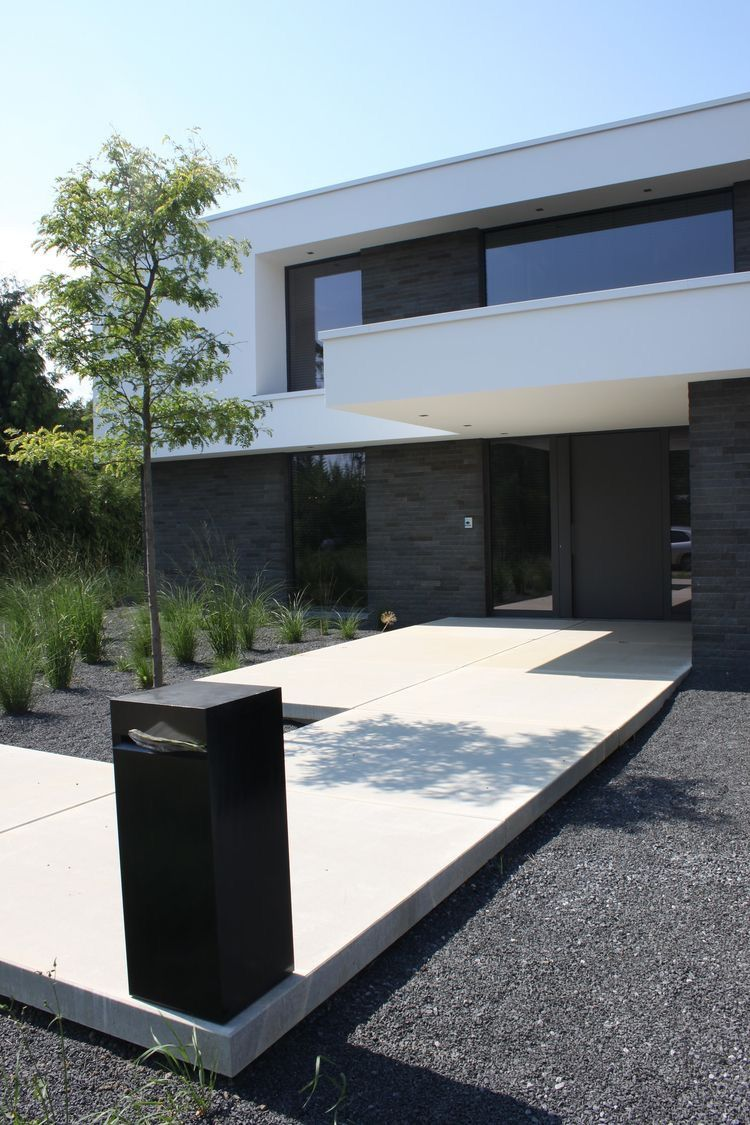 Dark Decomposed Granite offset by stark white paved walkpath | house ...