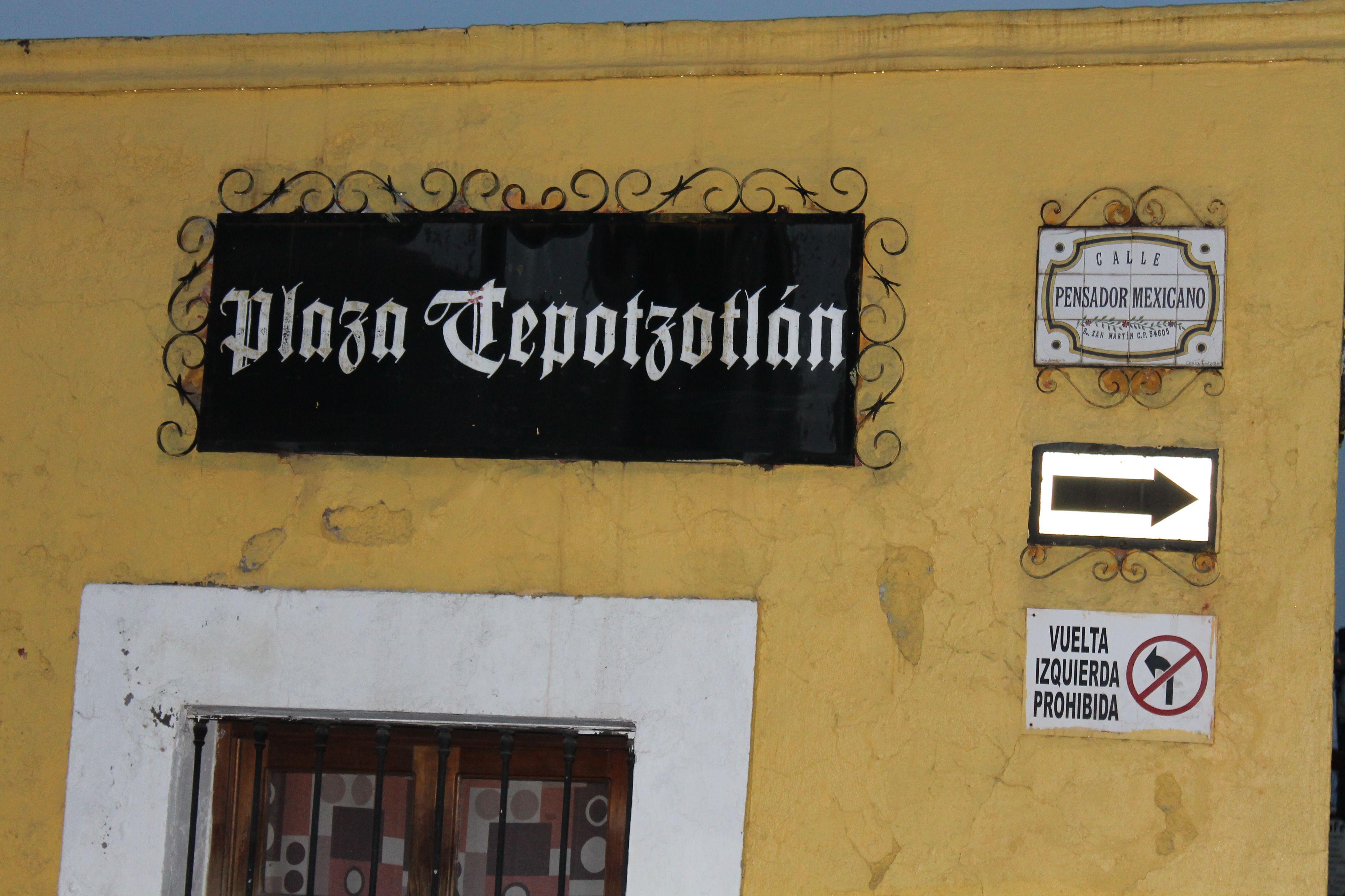 Tienda En esta tienda que esta en la plaza de tepotzotlán, se puede comprar artesanias tradicionales. Los pueblos magicos como este tienen aun el problema si conservar el lado estetico de los pueblos para el turismo o dejar que se transforme el lugar para el bienestar de todos los habitantes, por que el paisaje es el contacto del hombre con el medio.