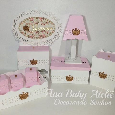 Kit de higiene e porta maternidade de uma princesa  Giovanna, linda! Viajando para seu destino ✈️aguenta coração mamãe @vanessarodrrigues   Encomendas  whats (69)99902-1211 - Ana  #anababyatelie #anababydecor #babygirl #maedemenina #princesagiovanna #kitdehigiene #quartodobebe #decoracaopersonalizada #decor #decoracaodebebe #mamaepira #minhaboneca #portamaternidade #quadropersonalizado