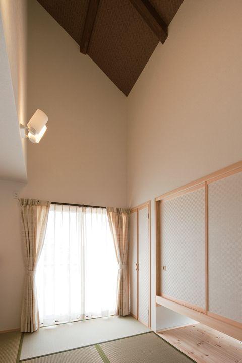 和室は吹き抜け 天井に網代状のクロスを貼って古民家風に 家