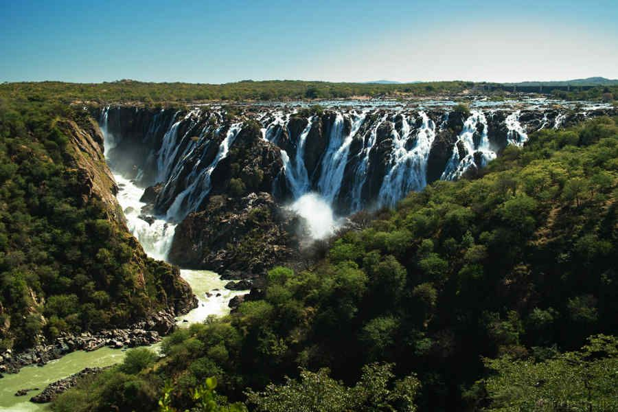 تعد دولة أنجولا احد دول جمهورية أنجولا وهي تقع في وسط جنوب قارة افريقيا وتتميز بكثرة المراعي وتعاني أيضا من مساح Best Places To Travel Places To Travel Travel