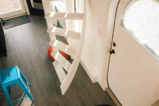 This is one way to build a spiralling staircase to get to your tiny house loft. This particular staircase design was used in this tiny house bed and breakfast. In the guide, you will get step-by-st…