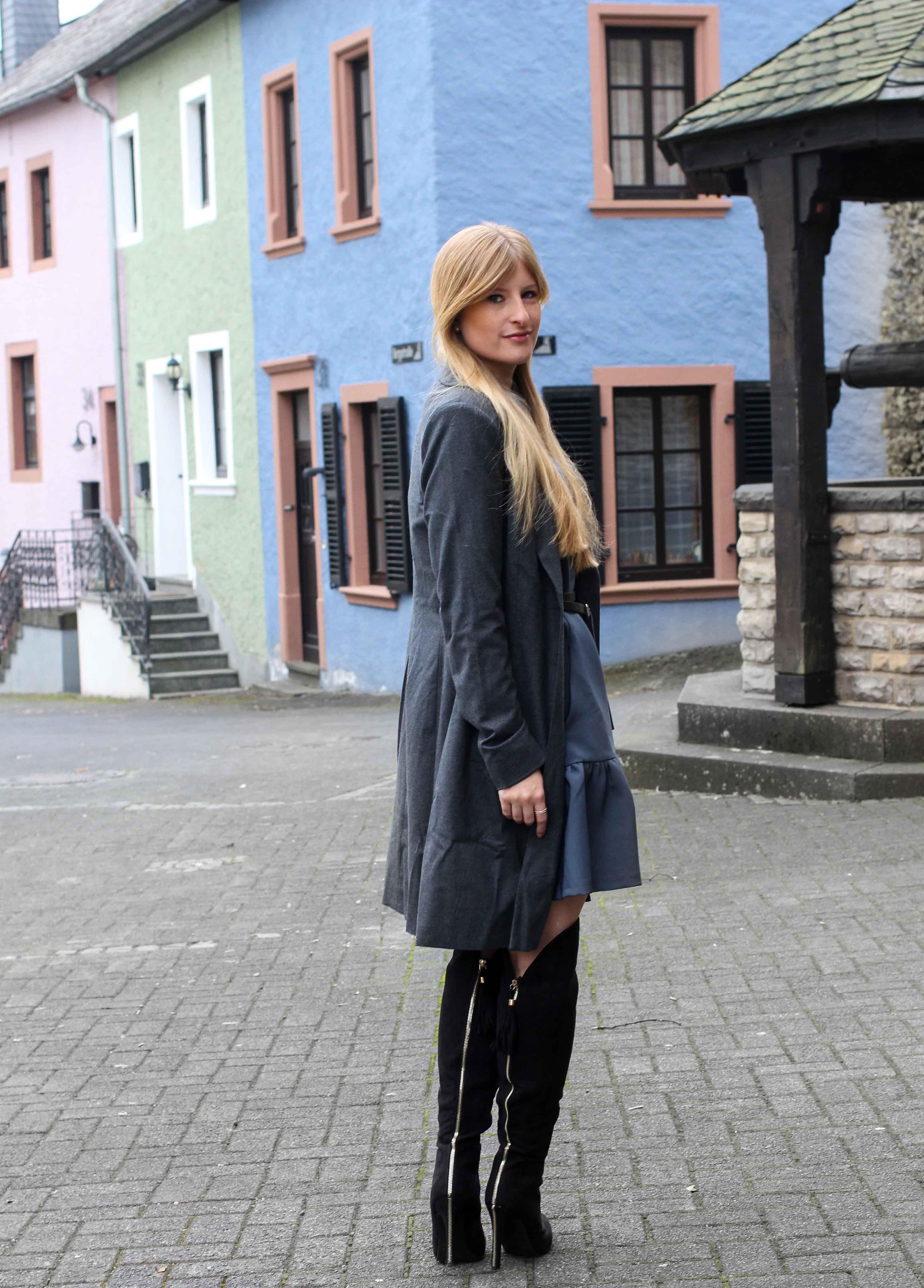 9a2e33444ab97 Blaues Winterkleid Closet London schwarze Overknees grauer Mantel Winter  Outfit Modeblog steetstyle lookbook blogger