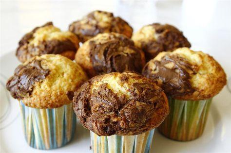 Deneme listemde olan ve tadını merak ettiğim bu keklere bayıldım, görüntüsü de şahane, yapılışı ve malzemeleri oldukça kolay. Aslında silikon kalıplarda yapsaydım daha şahane görüneceklerdi ama evd…