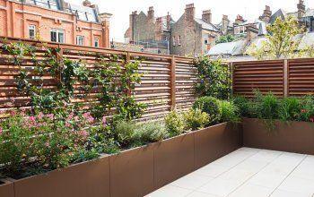 Bespoke louvered trelliswork at Cheyne Terrace Chelsea London  Randle Siddele #kleinekräutergärten