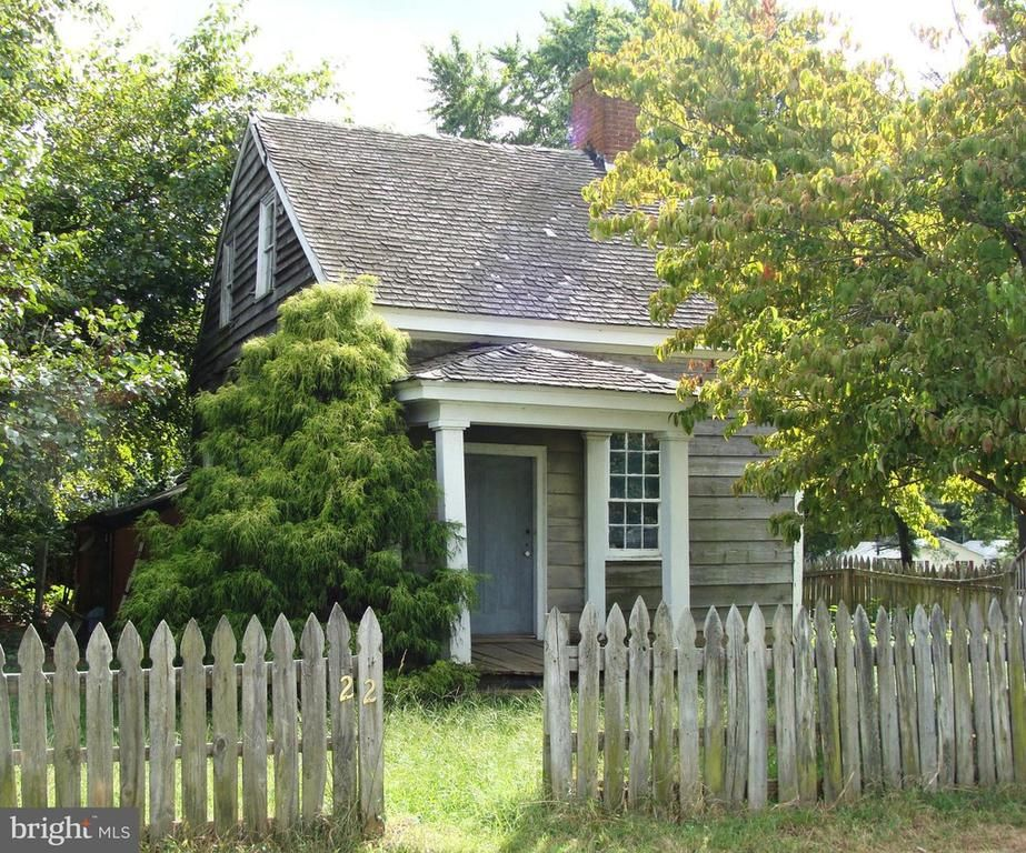 Under 75k Thursday Save This Old House In Historic Md Town 75k In 2020 Old Houses Historic Homes For Sale Wood Frame House