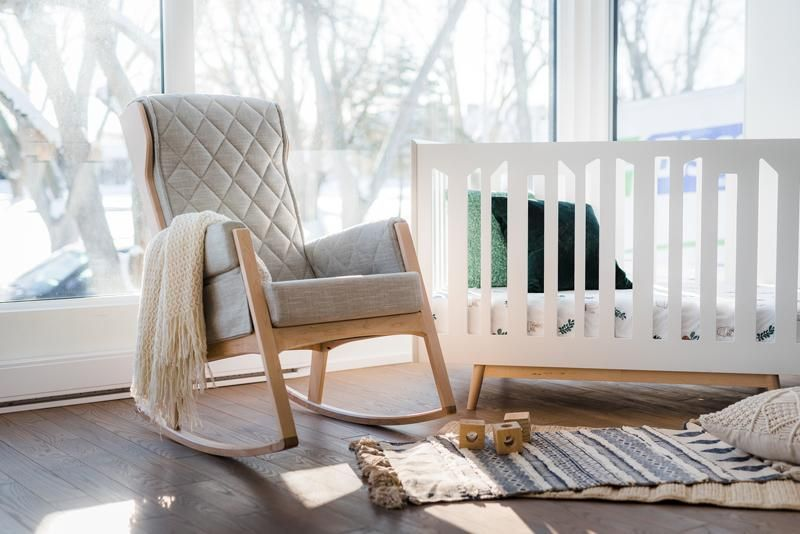 La Nouvelle Chaise Bercante Margot De Style Rocker De Dutailier Allie Modernite Et Design De Milieu Du Siecle Chaise Bercante Nursery Chair Chair Glider Chair