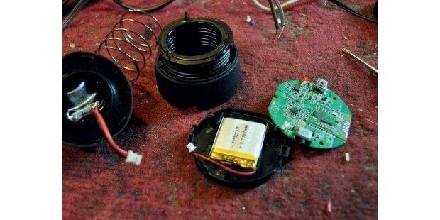 Der originale Bluetooth-Lautsprecher wird zerlegt, ohne jedoch sein Innenleben…