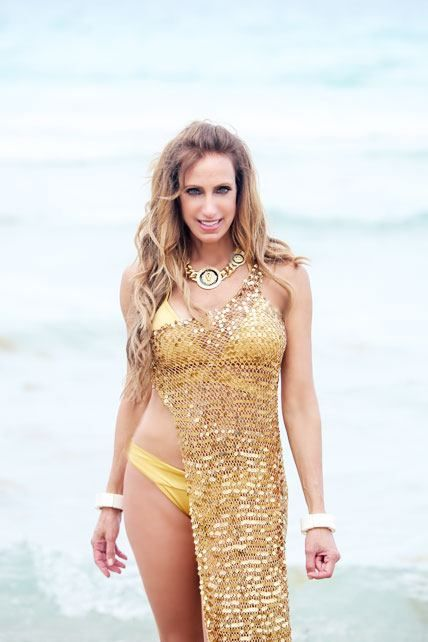 Lili Estefan se lució con diferentes sexys bikinis en la playa - Univision Entretenimiento