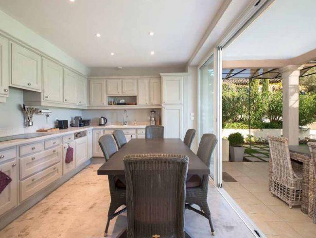 Küche mit Essbereich und direktem Zugang zur überdachten Terrasse