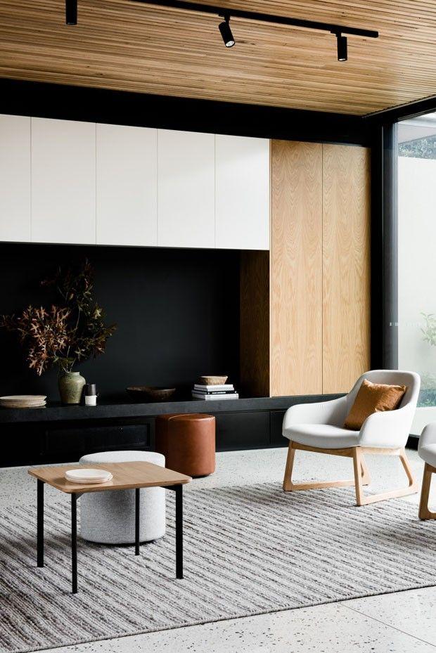 Décor do dia branco, preto e madeira na sala de estar Sala de