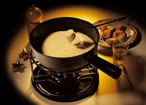 Melting Pot Cheese Fondue Traditional Cheese Dipping Recipe made with Coors Beer. Dip hot crunchy french bread in the cheese sauce - YUMMY! #brothfonduerecipes