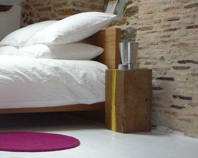 un rondin de bois en guise de table de chevet - Table De Nuit Rondin De Bois