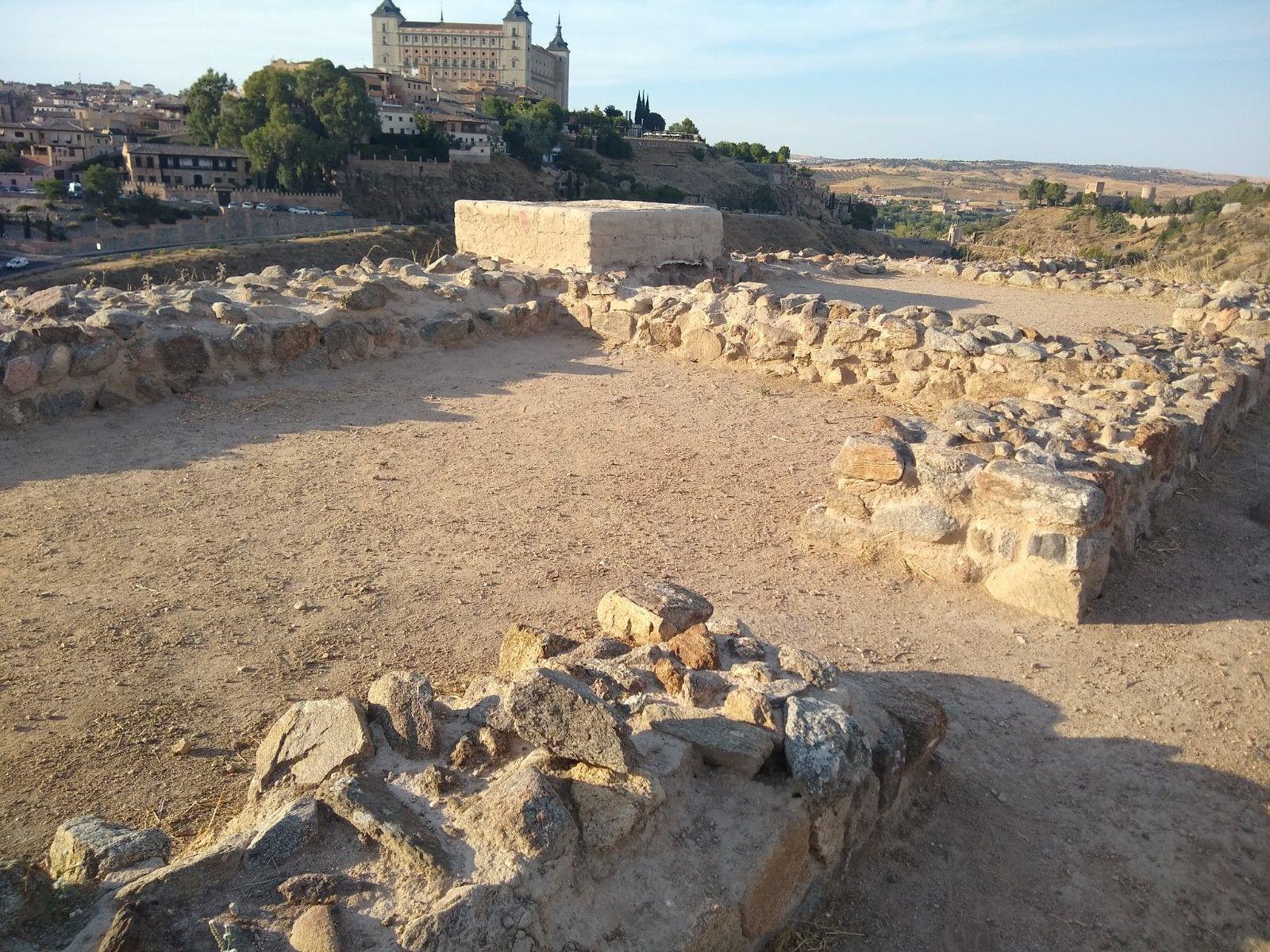 Construcción militar situada en la parte superior del cerro, en el centro un muro de adobe con restos de encalado nos muestra cómo fue la construcción original. Al fondo, imponente, nos brinda su presencia el alcazar de Toledo