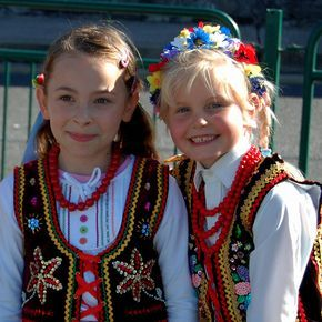 Polish girls in traditional dress | Trajes