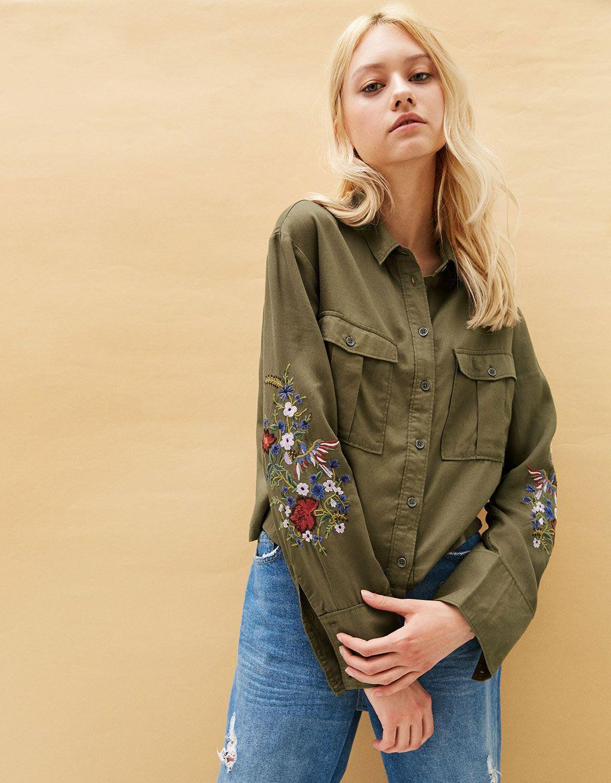 995618a6d9 Camisa militar Tencel bordados flores. Descubre ésta y muchas otras prendas  en Bershka con nuevos productos cada semana