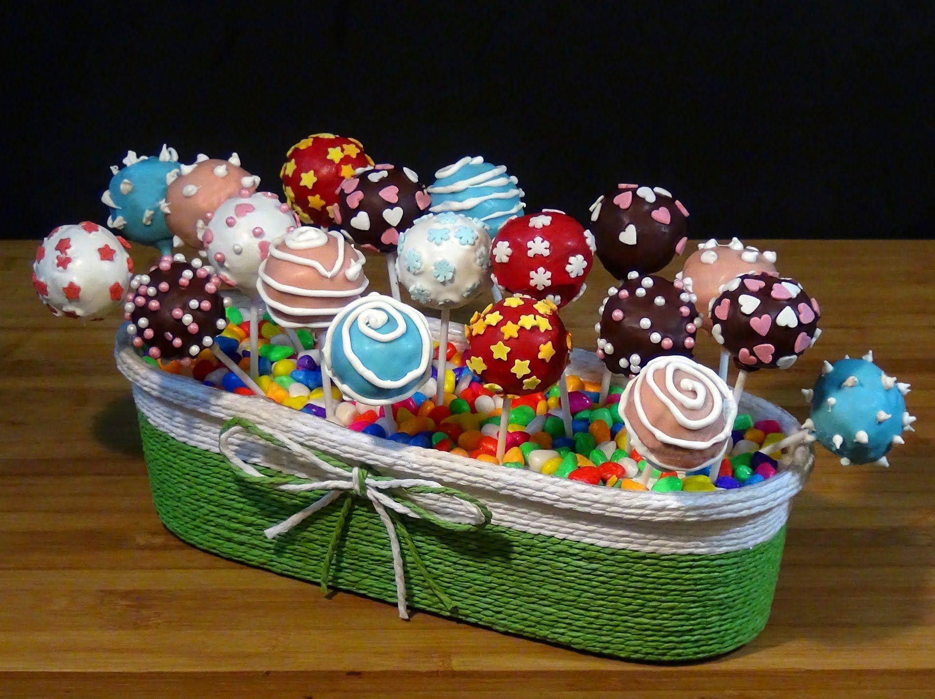 Para una fiesta de los más pequeños de la casa o para sorprender con un regalo muy original, estos cake pop (tartas en piruletas) son ideales y deliciosos, con su corazón de bizcocho o de galletas Oreo y bañados en chocolate de colores merece la pena prepararlos porque están ummmm!!! Receta en el Blog: http://lacocinadelolidominguez.blogspot.com.es/2016/02/cake-pops-tartas-en-piruletas.html  Videoreceta en You Tube: https://www.youtube.com/watch?v=A7e2nFeLyDw
