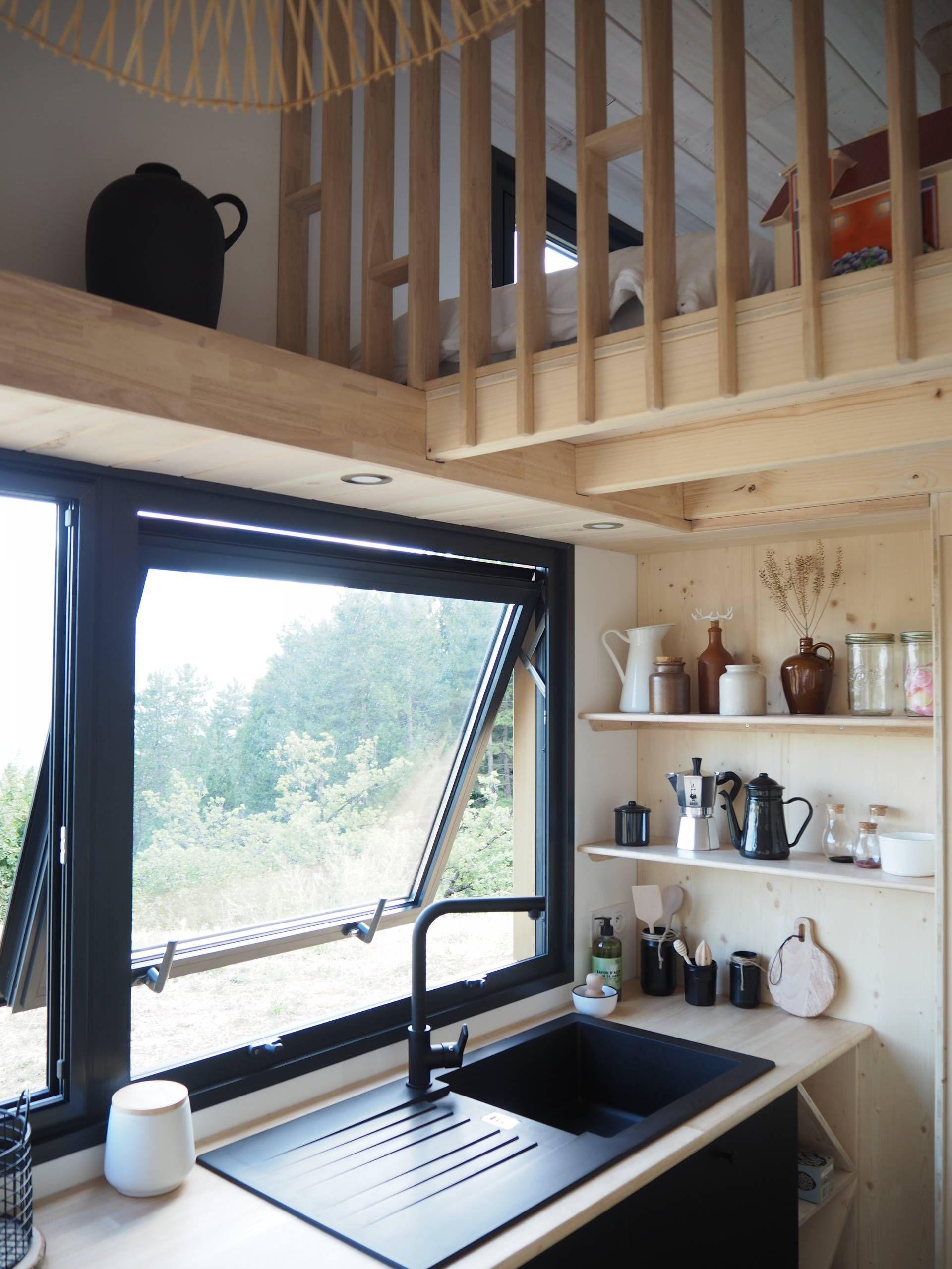 Bienvenue Dans La Tiny House Scandinave D Agnes Alias La Prune Du Jardin En 2020 Plancher Bois Maison Caisson Bois