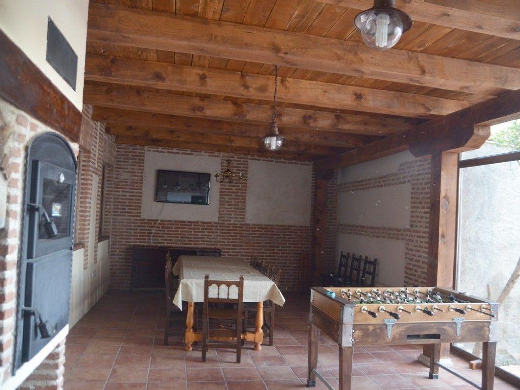 Interior de barbacoa con comedor y cerramiento de cristal for Barbacoa patio interior