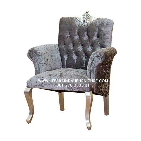 Kursi sofa tanganan / armchair warna silver antik untuk kenyamanan anda bersantai diruang tamu atau ruang tidur anda. #kursiarmchair #kursisofa #kursiantik #kursimewah