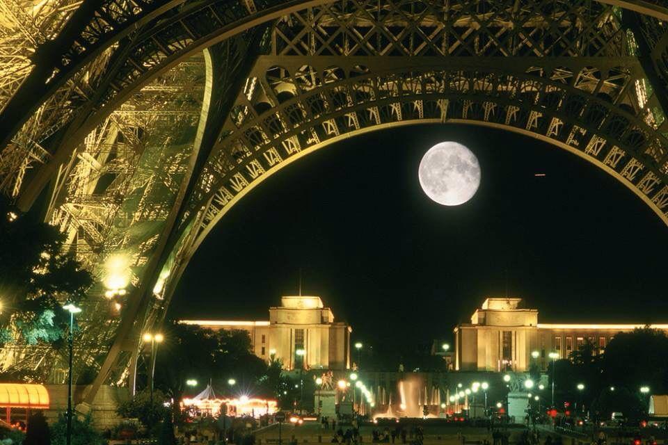 Luna debajo de la Eiffel