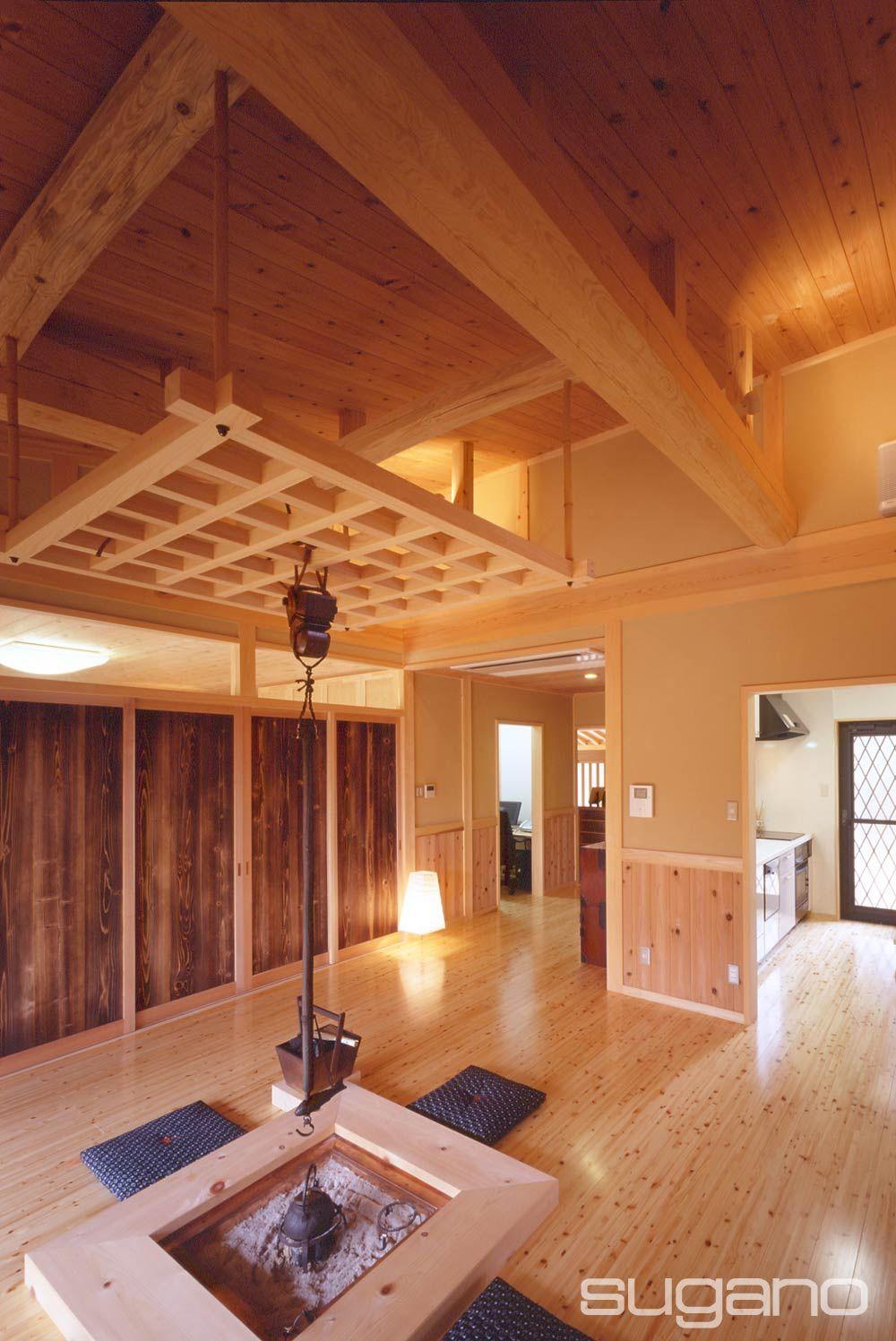 囲炉裏のある生活 焼杉の建具がアクセントになっています 和風建築
