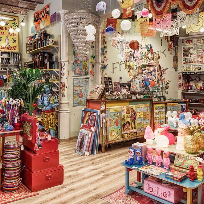 Vista Panorámica Interior De La Tienda De Regalos Fantastik Bazar Interiores De Tiendas De Regalo Decoración De Tienda De Regalos Interiores De Tienda