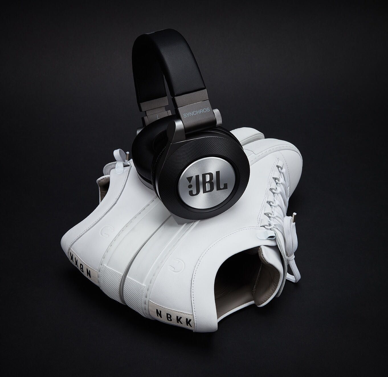 LIMITED EDITION JBL Headphones x Nubikk all white version sneaker model Jhay slick. https://dimagini.nl/nubikk-heren/ - Conceptstore DIMAGINI, Brugstraat 2 Groningen