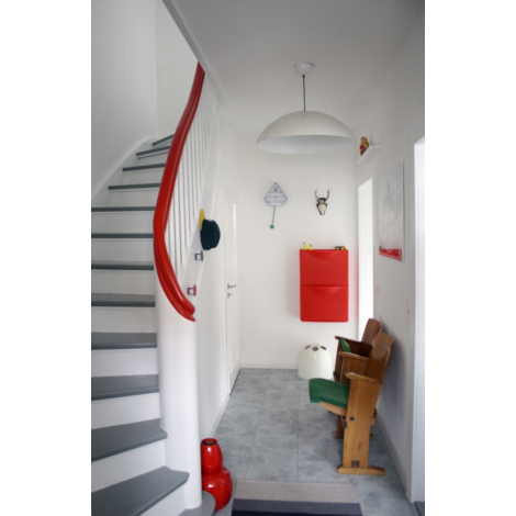 flur grau rot wei garderobe in 2019 flure einrichtungsideen und kinosessel. Black Bedroom Furniture Sets. Home Design Ideas