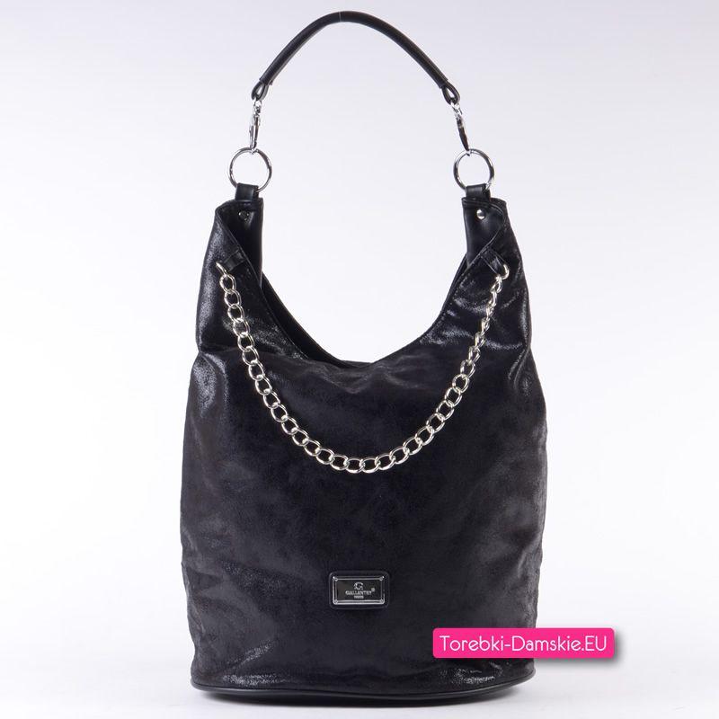 ed399d5ac33d6 Czarna torebka damska na ramię z metalowym srebrnym łańcuszkiem ozdobnym z  przodu. Kliknij i zobacz