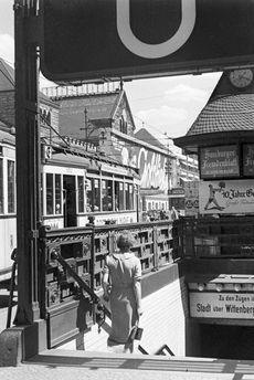 U-Bahnhof Zoologischer Garten und Strassenbahn in Berlin 1930er