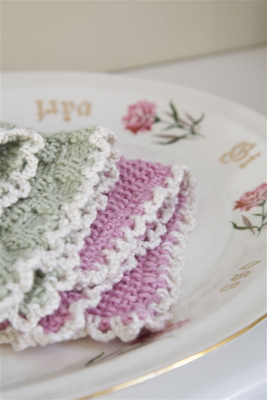 Knitted dishcloth with a crocheted edging. Pattern in Norwergian by Livs Lyst