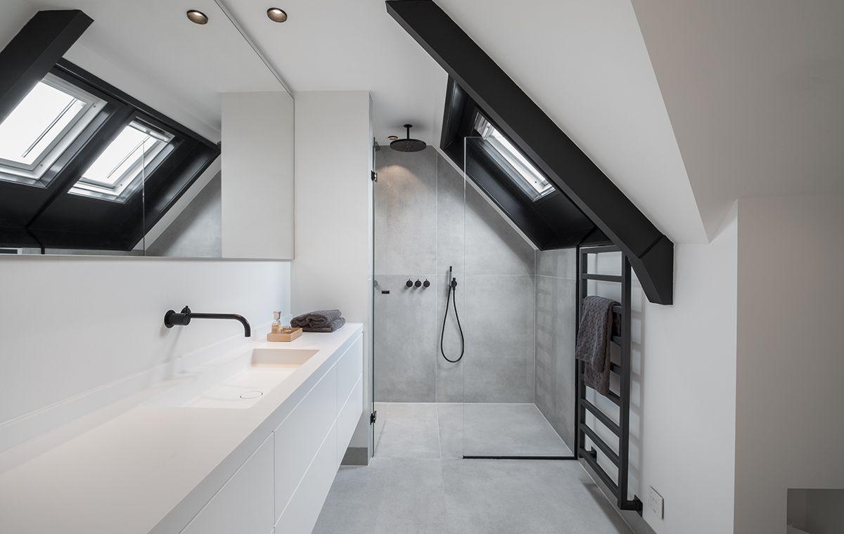 Prachtige minimalistische badkamer: maatwerk wastafel van