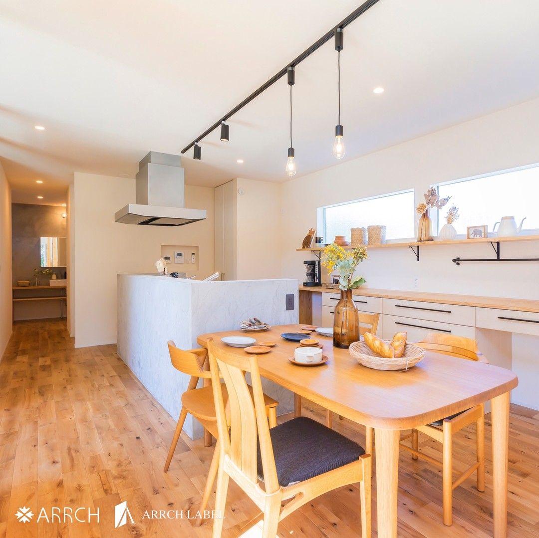 キッチン 横に ダイニングテーブル を置くことで 食事の支度 片付けがスムーズに 背面の 造作カウンター は 家具屋さんの手作りです 造作にすることでサイズが合わない等の 悩みを解消できます A