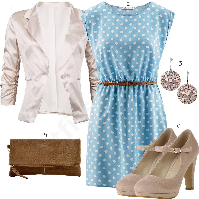 frauenoutfit mit hellblauem kleid, beigem blazer und pumps