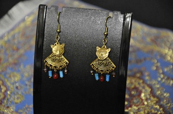 エジプト神話のネコの女神様バステトをイメージしたピアス。バステトの首飾りにはアメジスト・ターコイズ・カーネリアンをあしらいました。享楽と母性の象徴であったバス...|ハンドメイド、手作り、手仕事品の通販・販売・購入ならCreema。