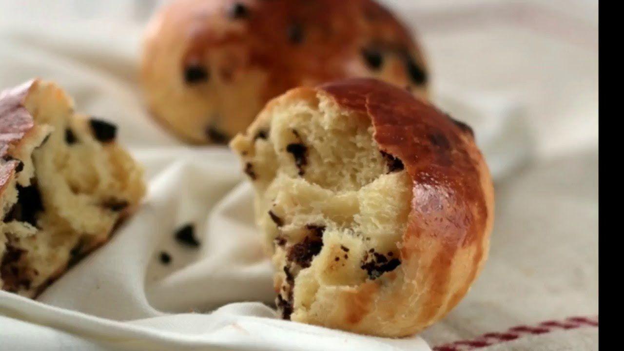 Pan mattino all'arancia con  gocce di cioccolato soffici e profumati panini di pan brioche perfetti per la colazione.ricetta con passo passo video