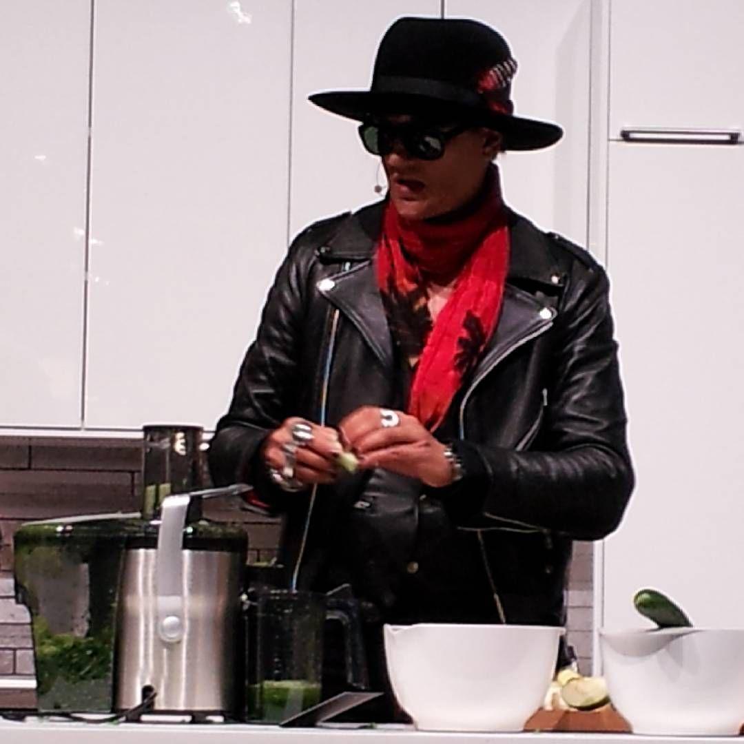 Pääsinpäs maistamaan tänään Jyrki 69:n valmistamaa mehua. :) #jyrki69 @jyrki69 #mehu #juice #lostboys #rocknrolljuicer #messukeskus #viinijaruokamessut #viinijaruoka2016 #viiniruoka