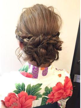 振袖や着物などの和装に似合う結婚式の髪型を特集! 他にも、ハーフアップや編みこみなど結婚式で人気のヘアアレンジ画像や自分出来る髪型動画を紹介しています。