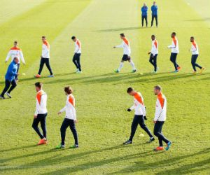 Nederland – Mexico, vriendschappelijke wedstrijd EK 2016 – voetbal. Zelden heeft er zoveel druk gestaan op een wedstrijd van het Nederlands elftal als nu het geval is. Bondscoach Guus Hiddink verbond deze week zijn lot aan de EK-kwalificatiewedstrijd van zondag tegen Letland. Vandaag wacht eerst Mexico.