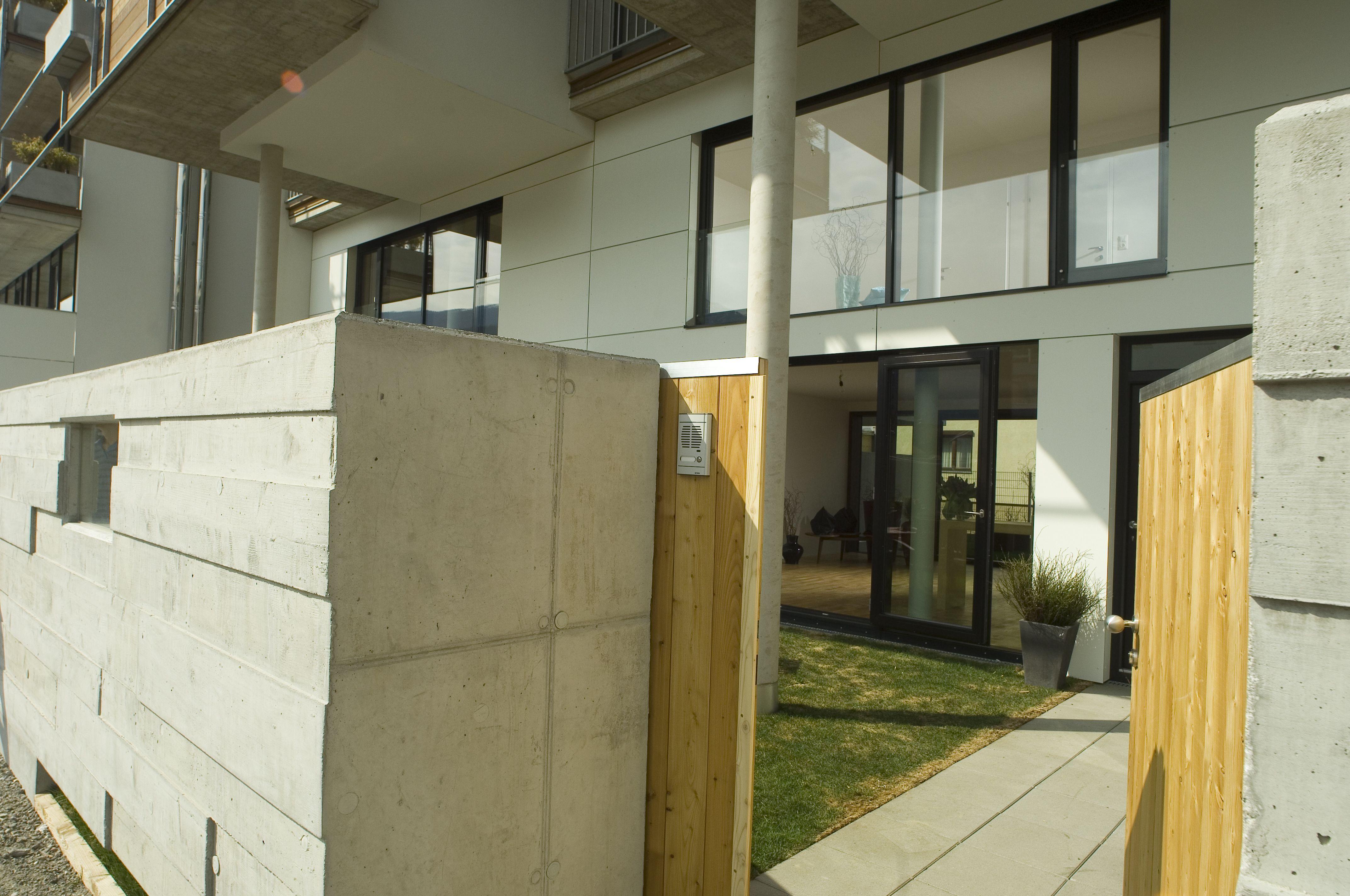 Eingang / Portal Erdgeschoßmaisonette #architecture #door #wood Architekt: ludin*plank*penz, Foto: Gerda Eichholzer