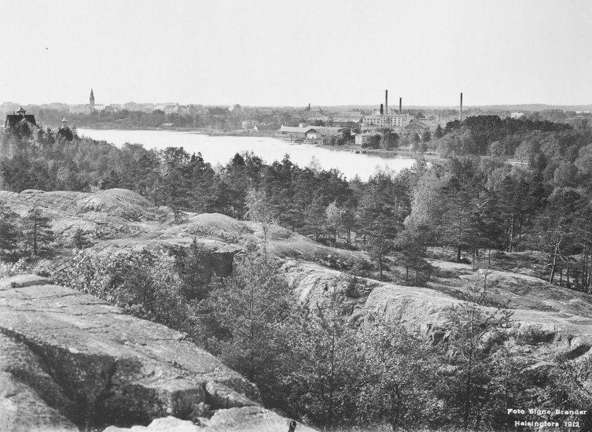 Töölönlahti ja sen takana Töölön sokeritehdas vuonna 1912 nykyisen Linnanmäen…