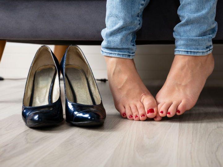 Tus Zapatos Tienen Mal Olor Dile Adiós Para Siempre Con Estos Remedios Mal Olor Zapatos Salud De Los Pies Olor De Los Pies