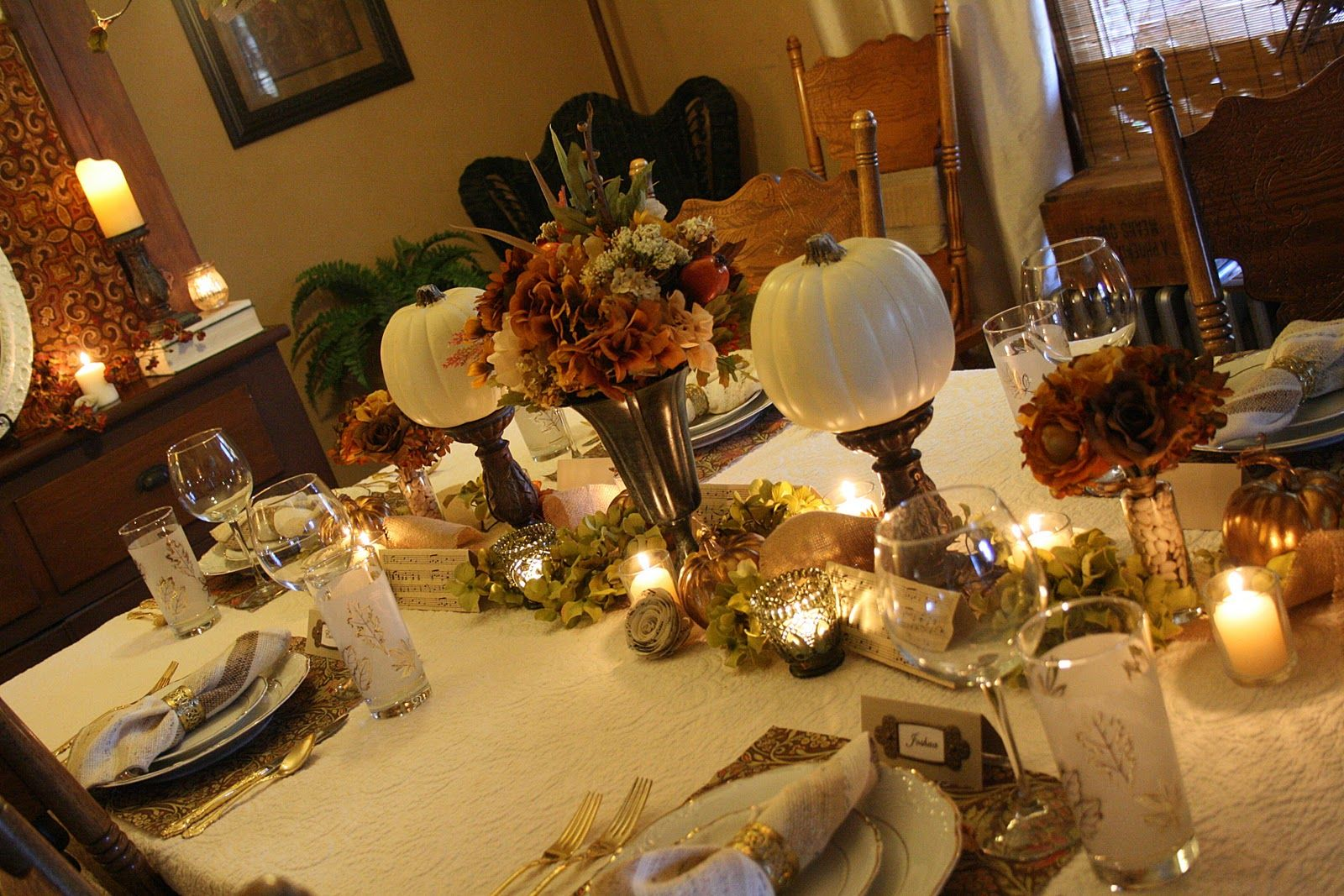 Decoración de mesas estilo otoñal para Thanksgiving, encuentra más ideas en http://www.1001consejos.com/decoracion-de-mesas-para-thanksgiving